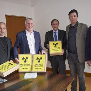 Экозащита и Гринпис передали министру экологии подписи против «урановыххвостов»